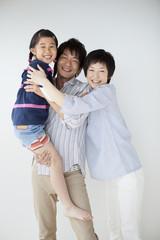 抱き合う親子3人