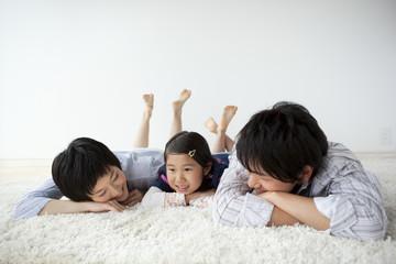 床に寝ころぶ親子3人
