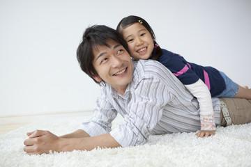 父の背中に乗る娘