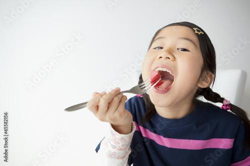野菜を食べる女の子