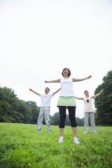 ストレッチをする中年男女と若い女性