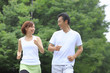 ランニングをする中年男性と若い女性