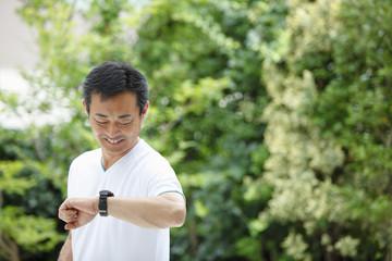 時計を見る中年男性