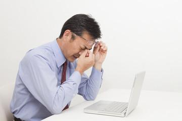 疲れ目に悩む中年男性
