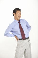 腰痛に悩む中年男性
