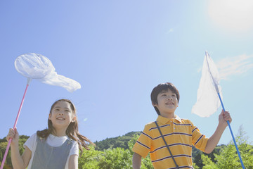 虫取り網を持った男の子と女の子