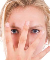 Hübsches Mädchen mit Hand vor Gesicht