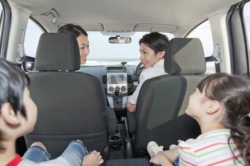 ドライブを楽しむ家族4人