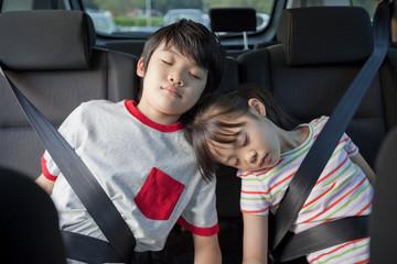 車の後部座席で眠る子供2人