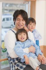 子供を抱く幼稚園教諭