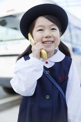携帯電話を持つ女の子