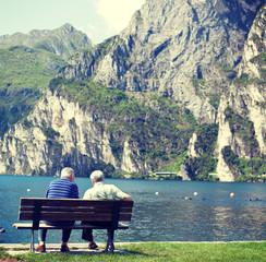 Zwei Rentner auf einer Bank am See