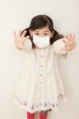 マスクを着けて手を前に伸ばす女の子