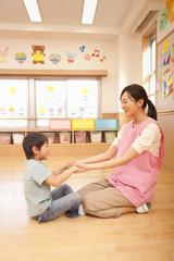 保育所で遊ぶ保育士と男の子
