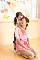 保育所で遊ぶ保育士と女の子