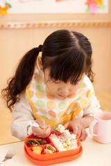 給食を食べる女の子