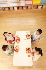 上を見上げる子供4人