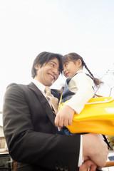 女の子を抱いた父親