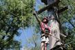 Junge im Klettergarten