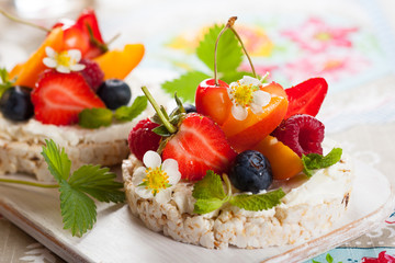 Rice cakes with berries