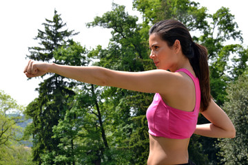 mujer latina ejercitando al aire libre.
