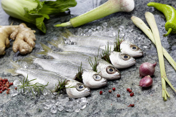 Sardinen roh auf Eis