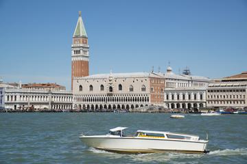 Белый катер плывет по Гранд-каналу в Венеции