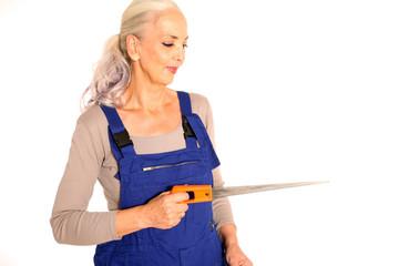 Heimwerkerin mit Säge