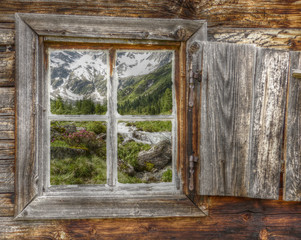 Bergland im Holzfenster in HDR