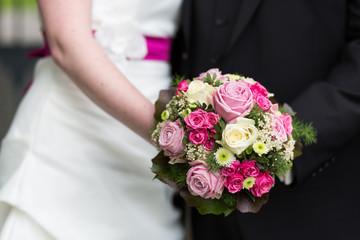 Brautpaar hält Strauß