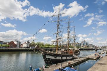 Segelschiff im Fluss Liffey in Dublin