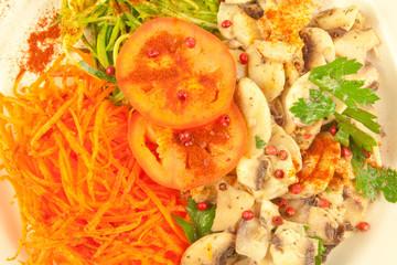 plat de crudités : champignons, carottes, courgettes ...