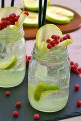 Coctel bebida alcohólica de manzana y frutas de bosque.