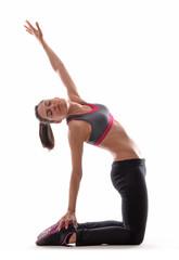 Mujer deportista gimnasta estirando musculos.