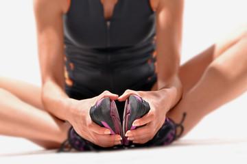 Mujer estirando músculos y piernas,calentando,ejercitando.