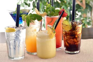 Grupo de cocteles variados.Bebida alcohólica.