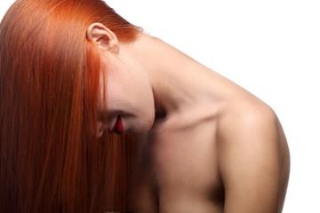 девушка с рыжими волосами на белом фоне
