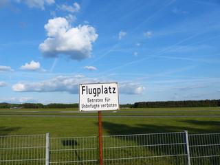 Sperrzaun und Warnschild am Flugplatz Oerlinghausen