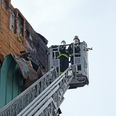 pompiers dans une nacelle