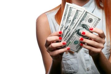 Рыжеволосая девушка с валютой в руках