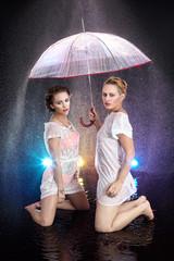 Frauen im Regen mit einem Schirm