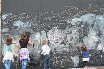 enfants dessinant au tableau