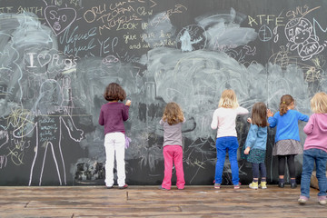 enfant qui dessinent sur un tableau
