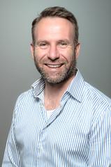 Portrait eines lächelnden gut aussehenden Mannes