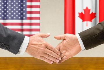 Vertreter der USA und Kanadas reichen sich die Hand