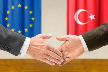 Vertreter der EU und der Türkei reichen sich die Hand