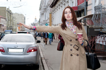 Girl in coat and catches a taxi kofem