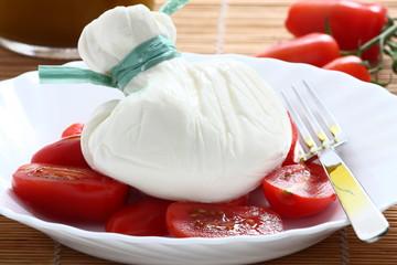 burrata pugliese con pomodorini e olio di oliva