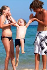 Geschwister spielen am Strand