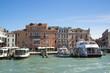 Белые катера на причале в Венеции, Италия.